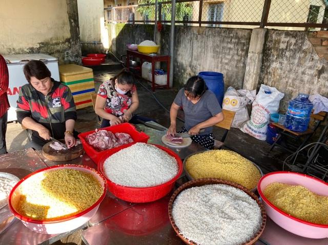 Tuổi trẻ Công an Bình Phước gói 3.000 bánh tét tiếp sức vùng lũ - 2