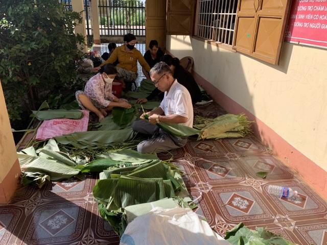 Tuổi trẻ Công an Bình Phước gói 3.000 bánh tét tiếp sức vùng lũ - 3