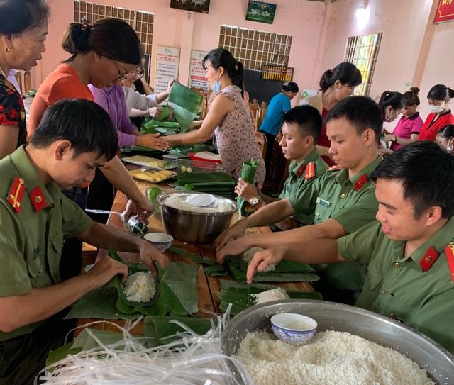 Tuổi trẻ Công an Bình Phước gói 3.000 bánh tét tiếp sức vùng lũ - 4