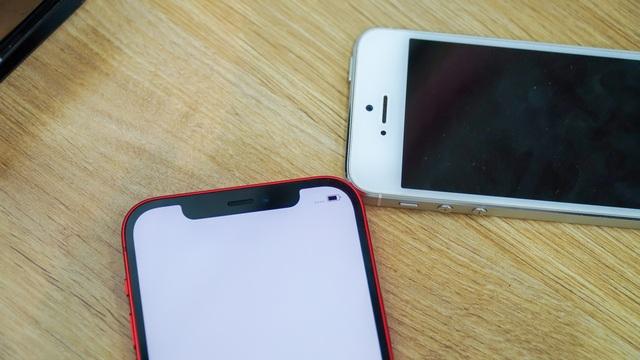 iPhone 12 đọ dáng cùng ông lão iPhone 5S - 2