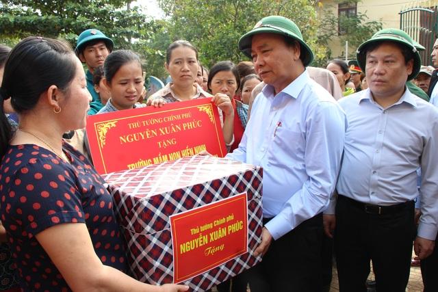 Thủ tướng về Quảng Bình thăm hỏi, tặng quà người dân vùng lũ lụt - 1