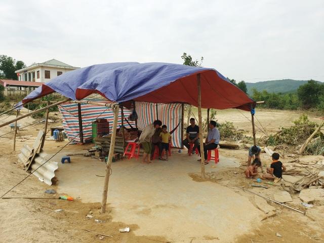 Trao nóng 20 triệu đồng đến gia đình nghèo bị lũ cuốn trôi mất nhà - 5