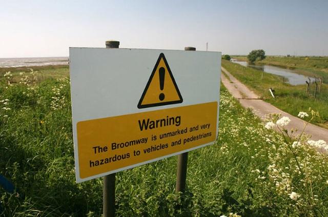 Ớn lạnh khi đi bộ trên con đường chết chóc nguy hiểm bậc nhất ở Anh - 1
