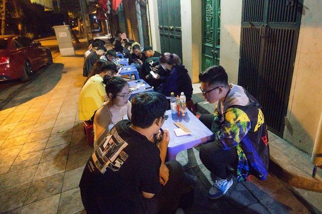 Quán phở 30 năm không ngủ ở Hà Nội, chỉ bán lúc nửa đêm, khách đợi 2 tiếng mới tới lượt - 2