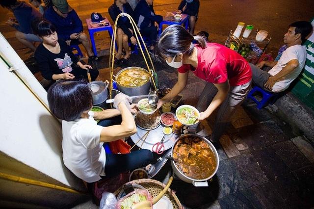 Quán phở 30 năm không ngủ ở Hà Nội, chỉ bán lúc nửa đêm, khách đợi 2 tiếng mới tới lượt - 4