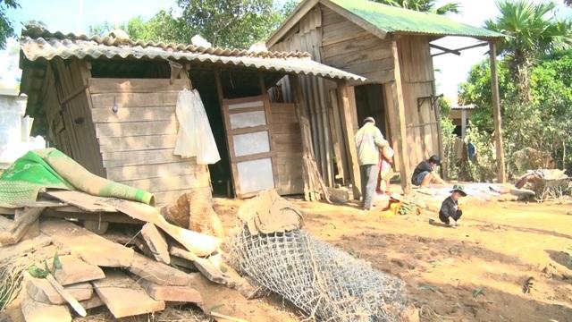 Trao nóng 20 triệu đồng đến gia đình nghèo bị lũ cuốn trôi mất nhà - 7