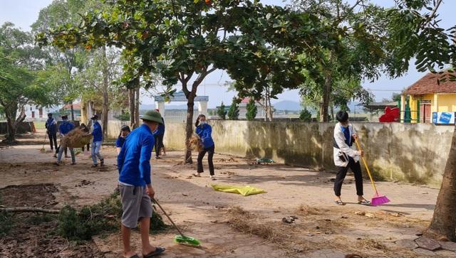 Nhiều bạn trẻ xung phong vào Hà Tĩnh giúp đồng bào khắc phục hậu quả lũ lụt - 2