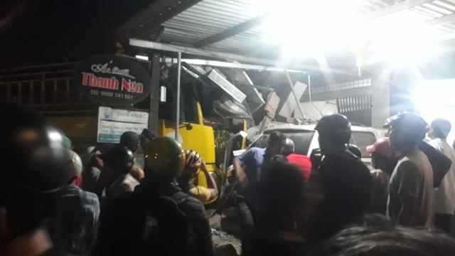 Xe tải tông xe 7 chỗ cùng nhiều xe máy rồi lao vào nhà dân, 2 người tử vong - 1