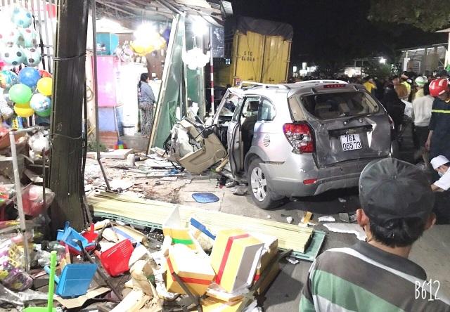 Xe tải tông xe 7 chỗ cùng nhiều xe máy rồi lao vào nhà dân, 2 người tử vong - 2