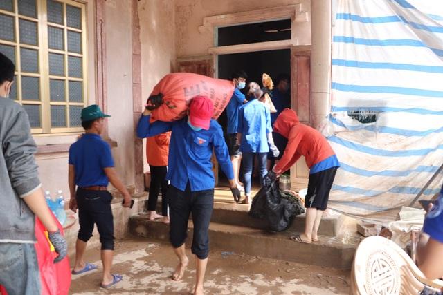 Nhiều bạn trẻ xung phong vào Hà Tĩnh giúp đồng bào khắc phục hậu quả lũ lụt - 6