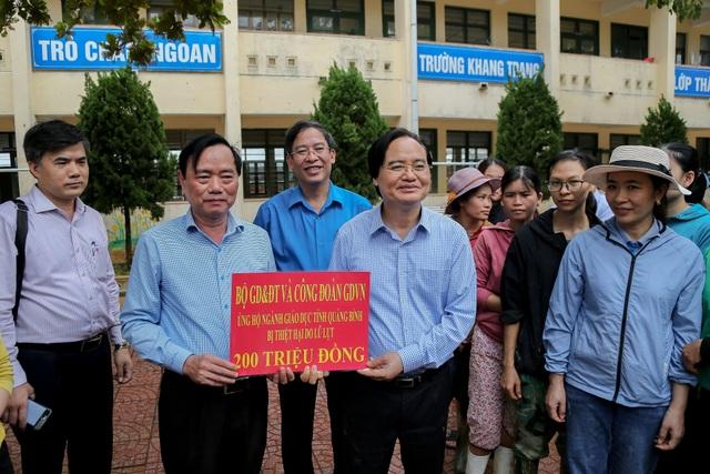 Giáo viên bày tỏ với Bộ trưởng Phùng Xuân Nhạ lo học sinh bị đói sau lũ - 3