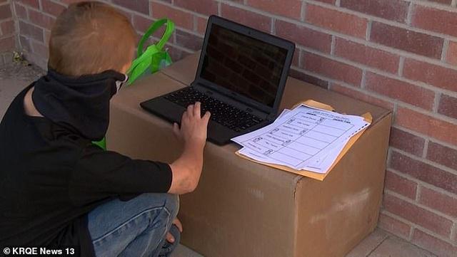 Không có Internet để học trực tuyến, sự nỗ lực của cậu bé này gây xúc động… - 2