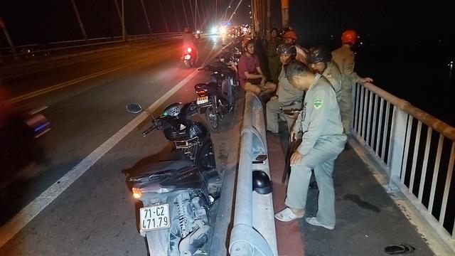 Nam thanh niên bỏ lại xe máy và điện thoại rồi nhảy cầu Rạch Miễu  - 1