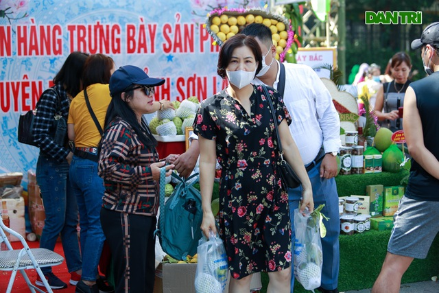 Lang Son giant nautical specialties attract customers in Hanoi - 11