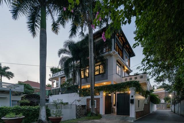 Biệt thự rộng 300m2 mang nét hoài cổ giữa Sài Gòn sầm uất của vợ chồng trẻ - 1