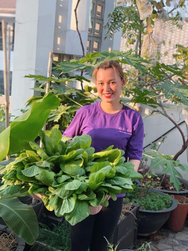 Khu vườn 20m2 rau trái tươi tốt trên sân thượng của vợ chồng trẻ ở Sài Gòn - 9