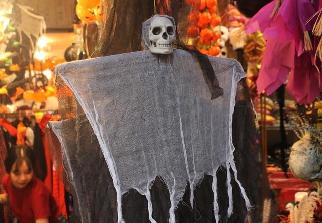 Phố Hàng Mã ngập tràn đồ chơi ma quỷ, rùng rợn trước thềm Halloween - 8