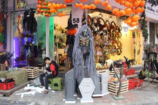 Phố Hàng Mã ngập tràn đồ chơi ma quỷ, rùng rợn trước thềm Halloween - 3