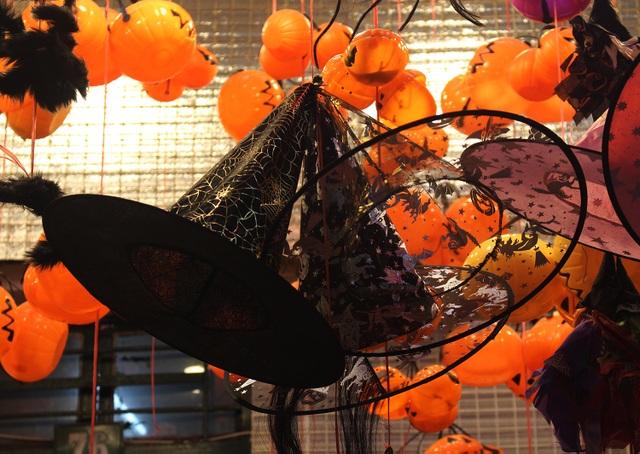 Phố Hàng Mã ngập tràn đồ chơi ma quỷ, rùng rợn trước thềm Halloween - 12