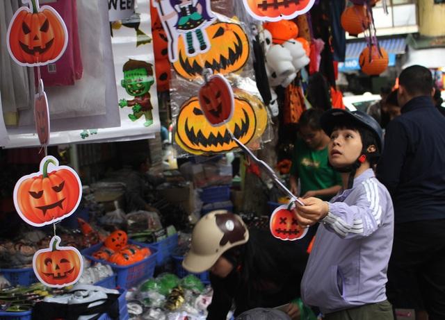 Phố Hàng Mã ngập tràn đồ chơi ma quỷ, rùng rợn trước thềm Halloween - 14