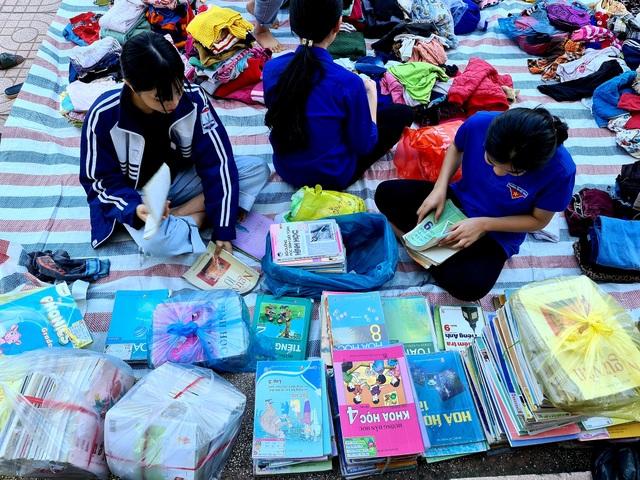 Nghệ An: Quyên tặng hàng nghìn bộ SGK, vở viết cho học sinh vùng lũ - 4
