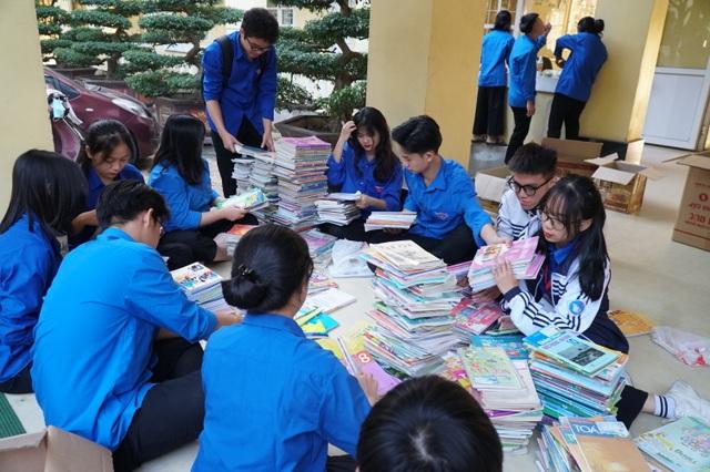 Nghệ An: Quyên tặng hàng nghìn bộ SGK, vở viết cho học sinh vùng lũ - 3