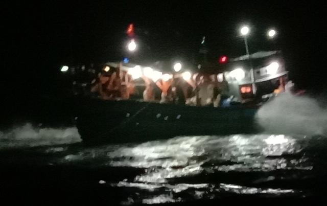 Xuyên đêm giải cứu tàu cá mắc cạn ở đảo Lý Sơn - 1