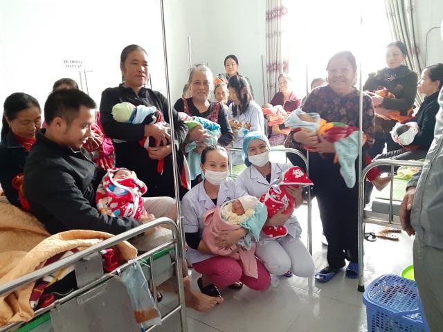 Bộ Y tế gửi thư khen các bác sĩ Hà Tĩnh đỡ đẻ cho 20 thai nhi trong mưa lũ - 2