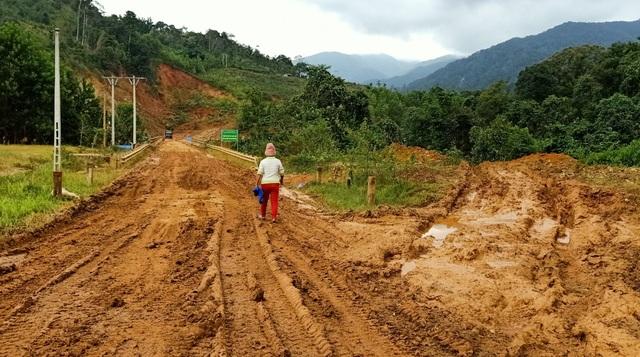 Cận cảnh những tuyến đường vẫn đang tan nát trước khi bão số 9 đổ bộ - 2