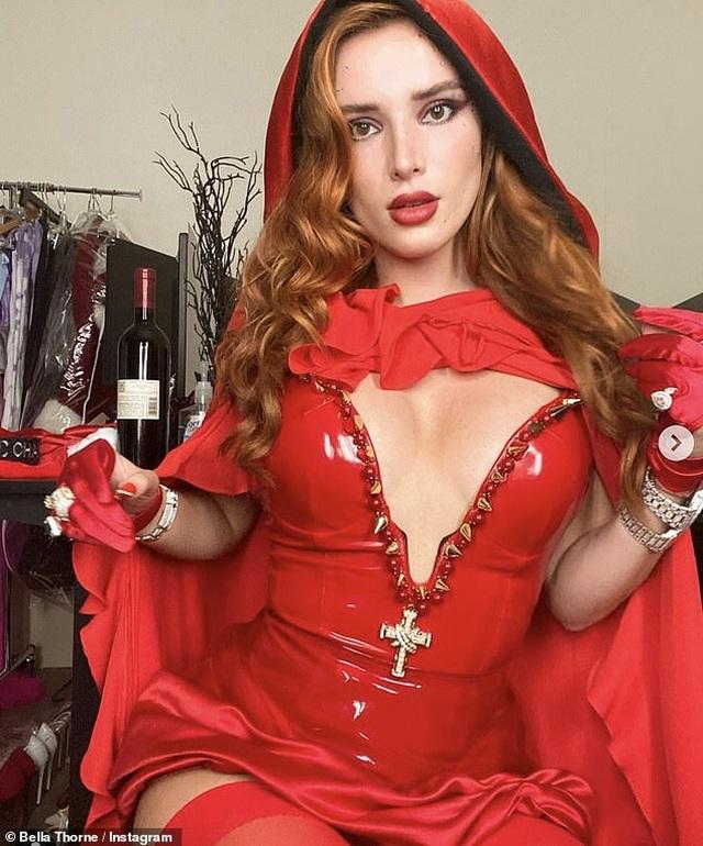 Lauren Goodger mặc hở bạo đi chơi Halloween - 5