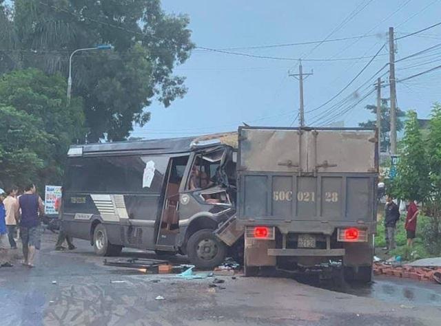 Xe khách chạy lấn làn tông trực diện xe tải, 2 tài xế thương vong - 1
