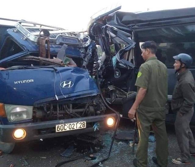 Xe khách chạy lấn làn tông trực diện xe tải, 2 tài xế thương vong - 2