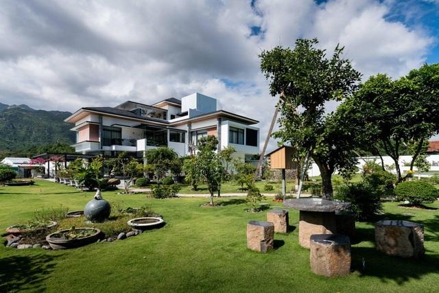 Choáng ngợp với những biệt thự Việt sở hữu bể cá Koi tiền tỷ - 6