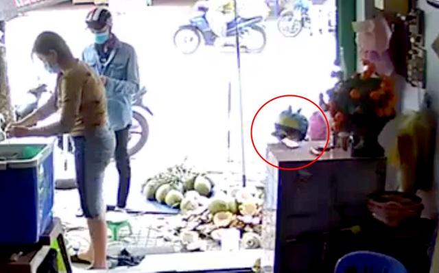 Nam thanh niên xúi bé trai trộm điện thoại của người bán dừa - 1