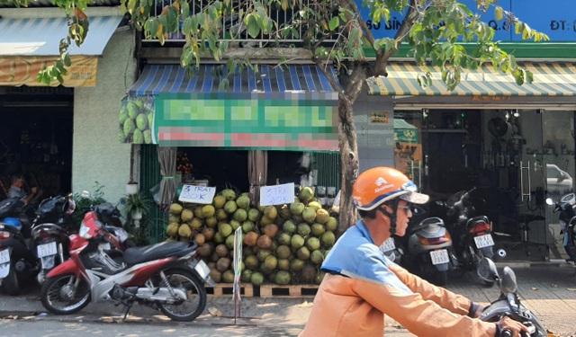 Nam thanh niên xúi bé trai trộm điện thoại của người bán dừa - 2