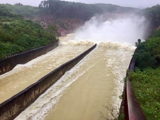 Hồ Kẻ Gỗ xả tràn đối phó với bão số 13 - 1