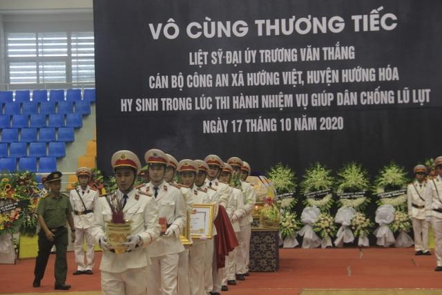 Hàng trăm đồng đội tiễn đưa liệt sĩ công an hy sinh khi giúp dân chống lũ - 8