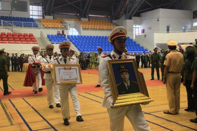 Hàng trăm đồng đội tiễn đưa liệt sĩ công an hy sinh khi giúp dân chống lũ - 9