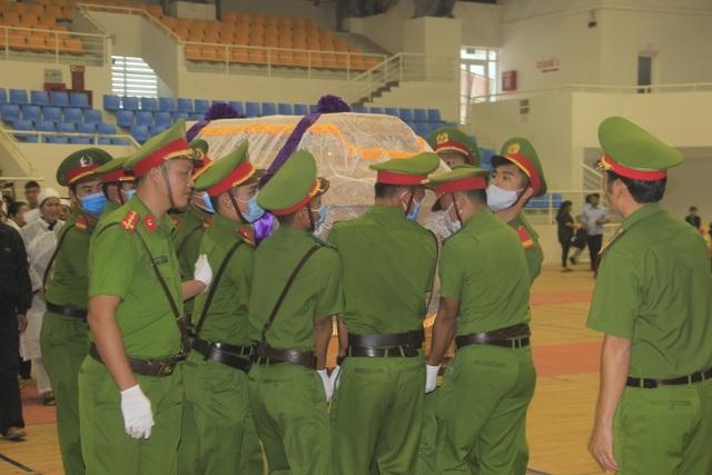 Hàng trăm đồng đội tiễn đưa liệt sĩ công an hy sinh khi giúp dân chống lũ - 10