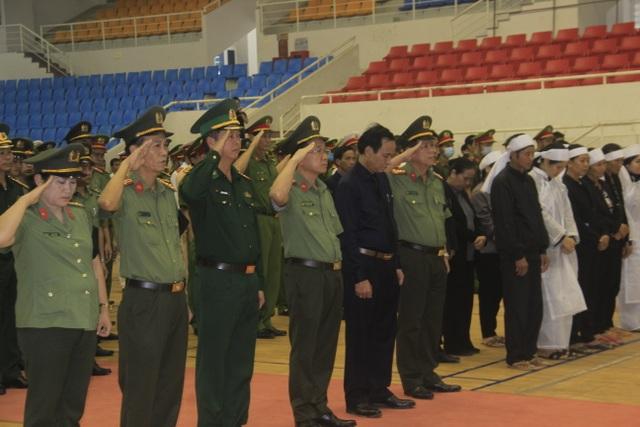 Hàng trăm đồng đội tiễn đưa liệt sĩ công an hy sinh khi giúp dân chống lũ - 2