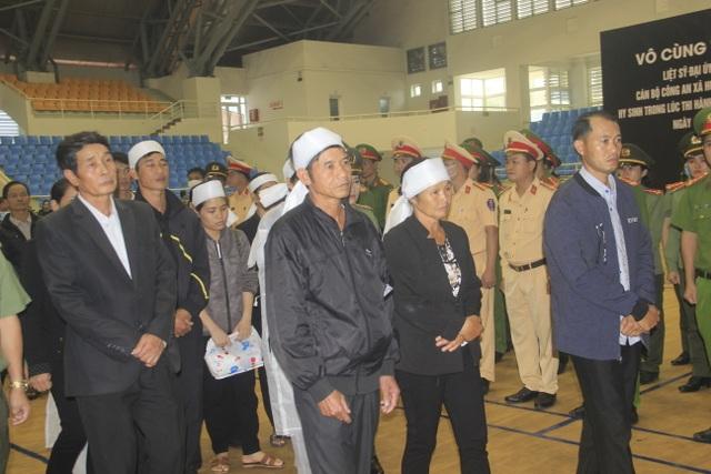 Hàng trăm đồng đội tiễn đưa liệt sĩ công an hy sinh khi giúp dân chống lũ - 11
