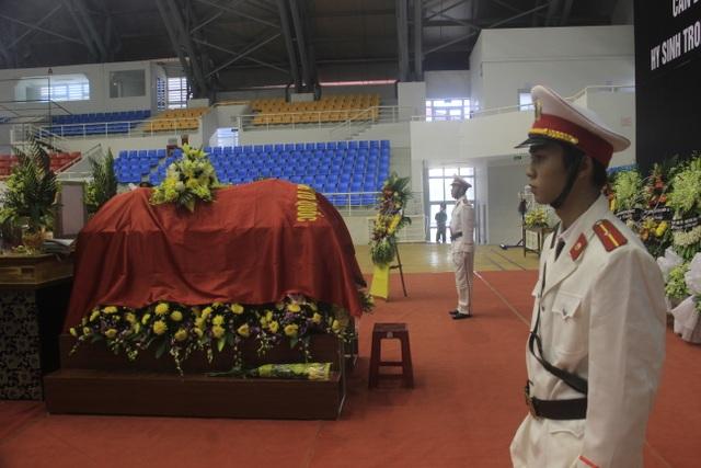 Hàng trăm đồng đội tiễn đưa liệt sĩ công an hy sinh khi giúp dân chống lũ - 4