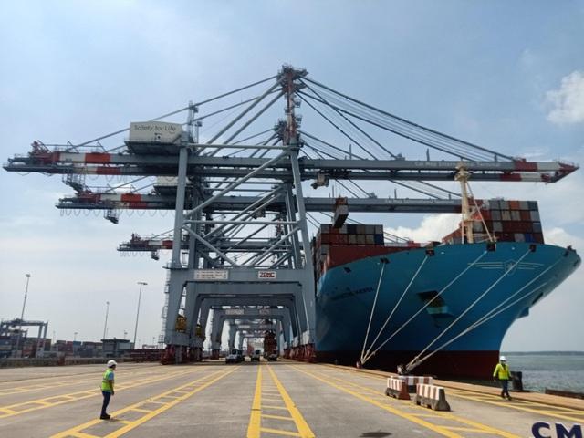 Tàu container lớn nhất thế giới lần đầu tiên cập cảng Việt Nam - 1