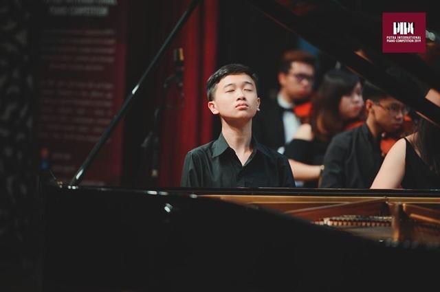 """""""Cậu bé vàng"""" piano tự hào khi quốc kỳ Việt Nam tung bay tại các cuộc thi - 1"""