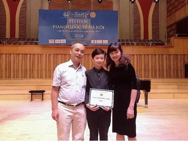 """""""Cậu bé vàng"""" piano tự hào khi quốc kỳ Việt Nam tung bay tại các cuộc thi - 3"""