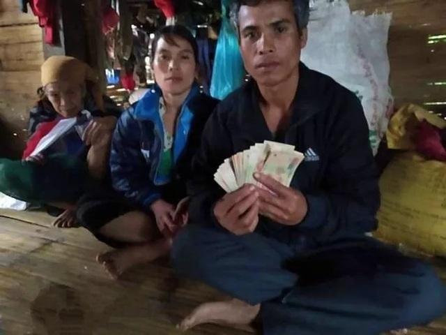 Vợ chồng nghèo vùng lũ trả lại 10 triệu đồng lẫn trong gói hàng từ thiện - 1