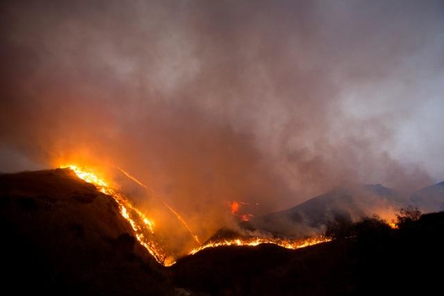 Cháy rừng dữ dội tại California, hàng trăm nghìn người di tản - 7
