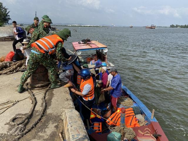 """Người dân Quảng Nam hối hả chằng chống nhà """"đón"""" bão - 9"""
