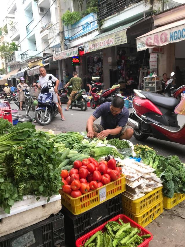 Người đàn ông ở Sài Gòn trổ tài gọt dứa trong 45 giây gây sốt mạng - 3