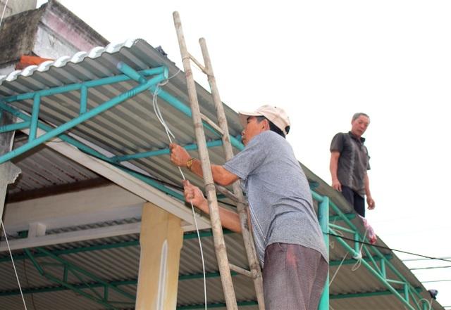 """Người dân Quảng Nam hối hả chằng chống nhà """"đón"""" bão - 12"""